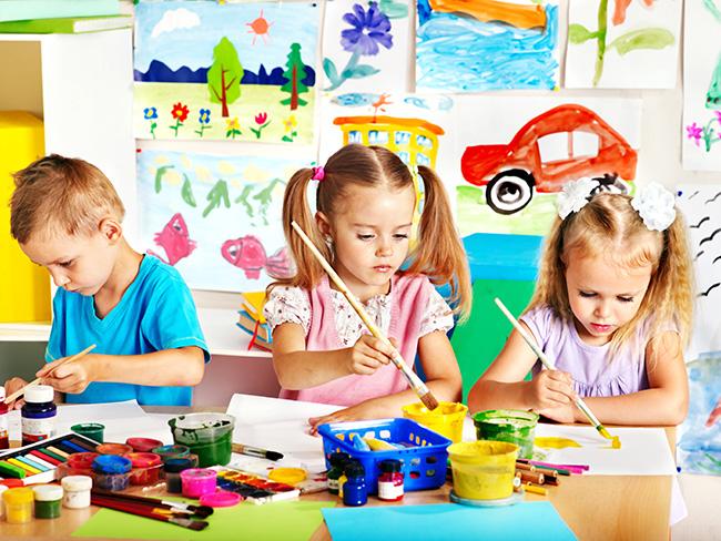 Niños en clase de pintura