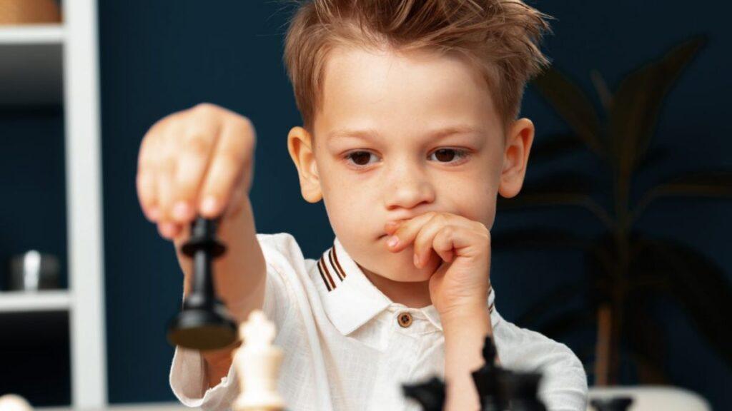 Niño concentrado en el ajedrez