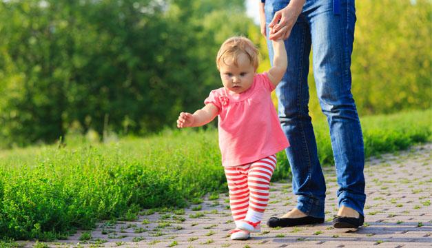 Bebé caminando con mamá